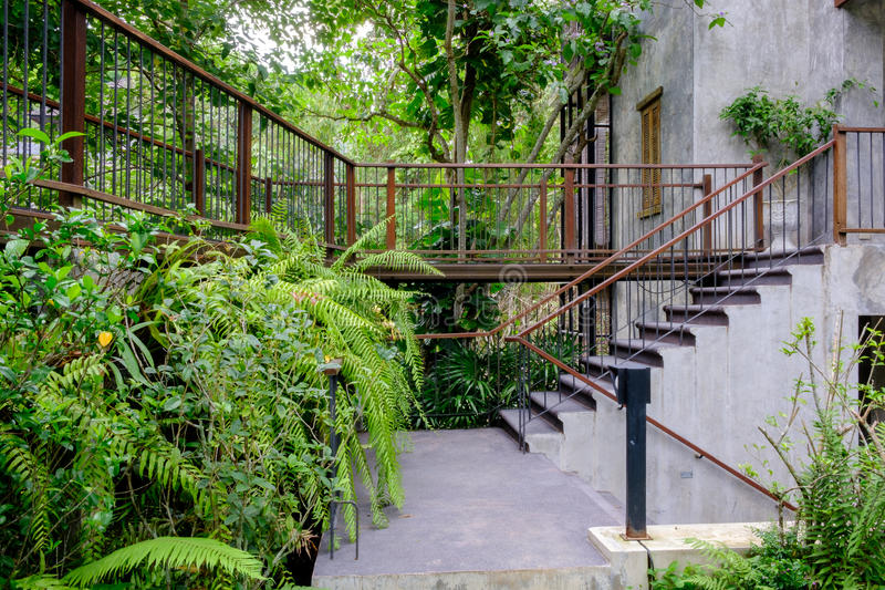 Haus im Waldgarten lizenzfreies stockfoto