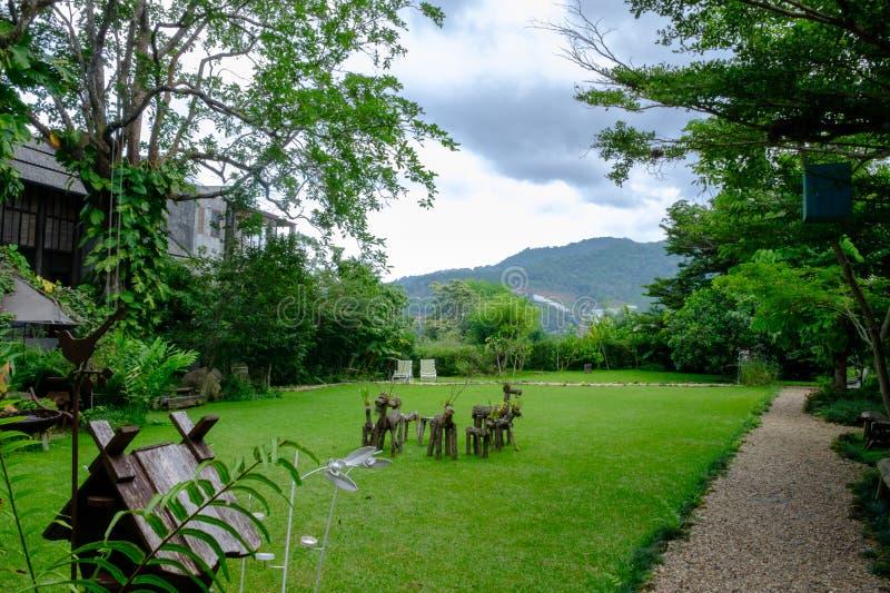 Haus im Waldgarten stockfotografie