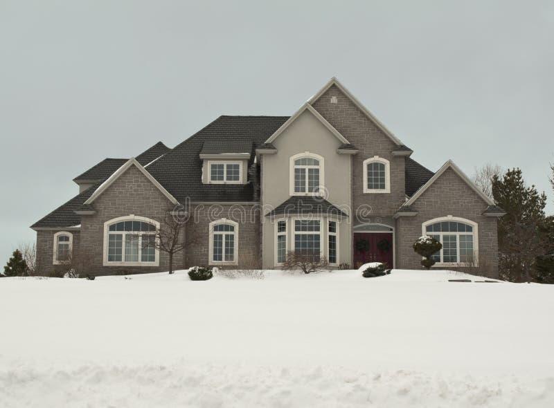 Haus im Winter lizenzfreie stockbilder