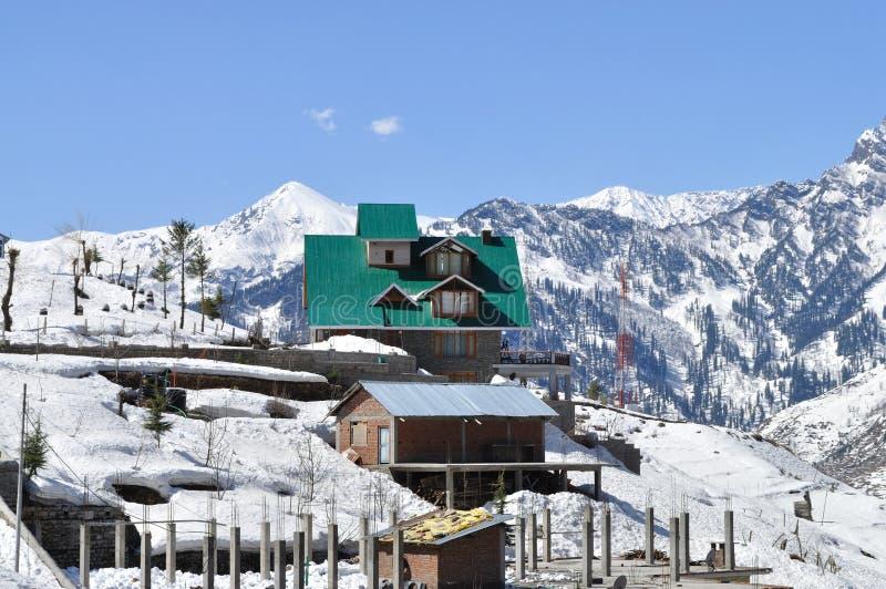 Haus im Winter. lizenzfreie stockfotos