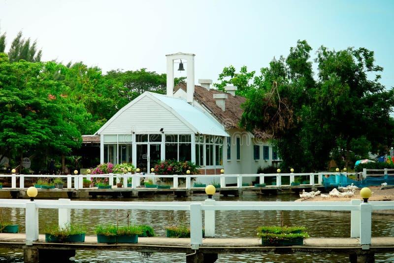 Haus ist nahe dem Fluss lizenzfreies stockbild