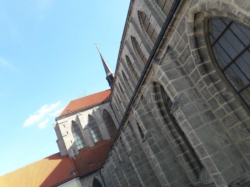 Haus-Kathedralenkirche des Tourismus stellte gotische tschechische Hauptstadt Prag-Kathedrale im heißen Sommer in streetlets Prot lizenzfreies stockfoto