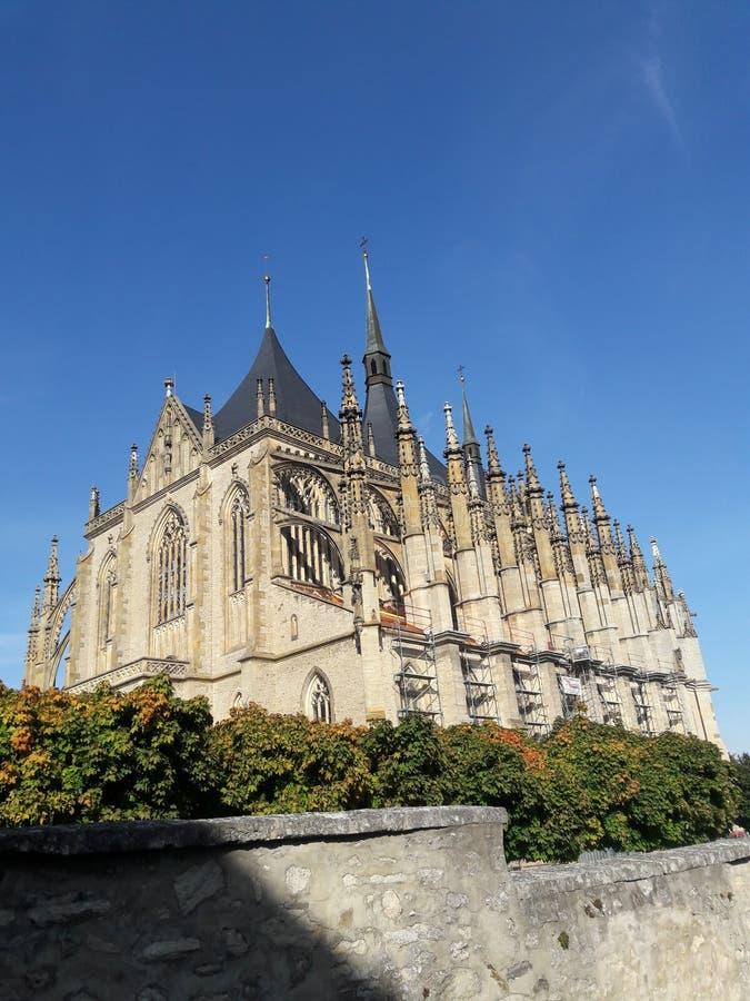 Haus-Kathedralenkirche des Tourismus stellte gotische tschechische Hauptstadt Prag-Kathedrale im heißen Sommer in streetlets Prot stockfoto