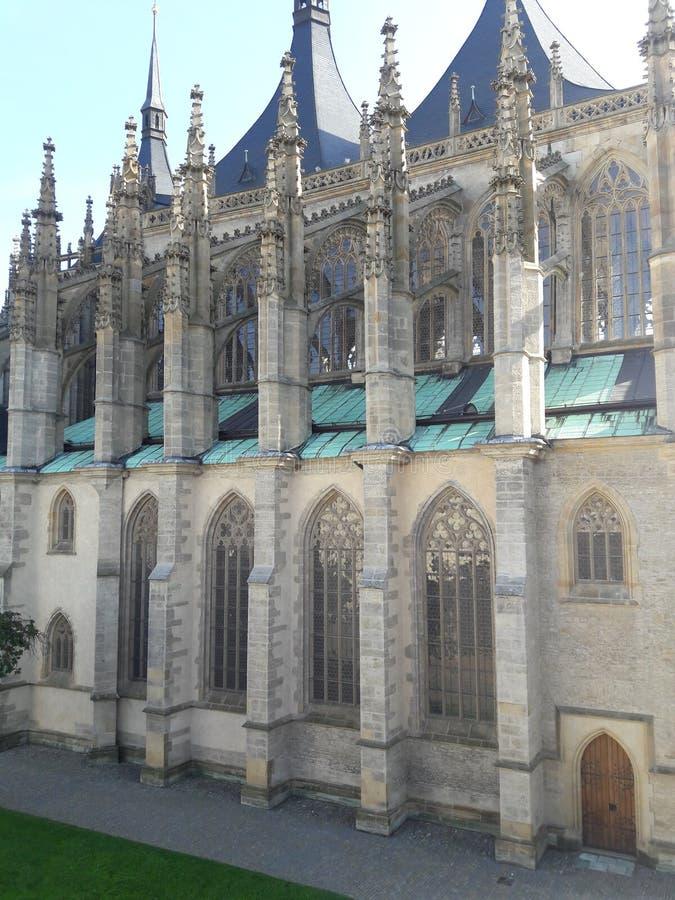 Haus-Kathedralenkirche des Tourismus stellte gotische tschechische Hauptstadt Prag-Kathedrale im heißen Sommer in streetlets Prot stockbilder