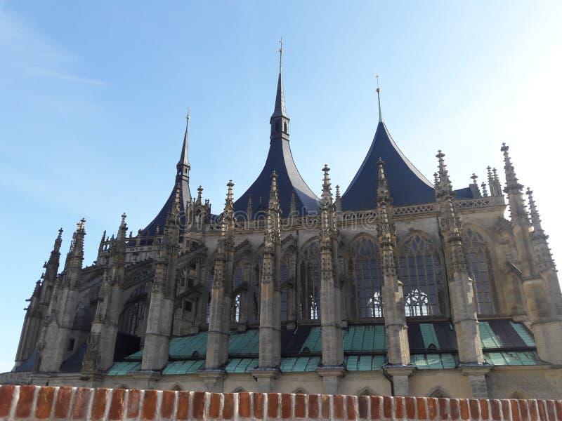 Haus-Kathedralenkirche des Tourismus stellte gotische tschechische Hauptstadt Prag-Kathedrale im heißen Sommer in streetlets Prot lizenzfreies stockbild