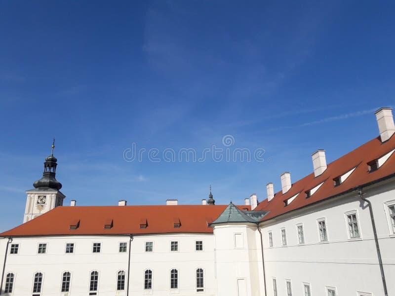 Haus-Kathedralenkirchen des Tourismus stellten gotische tschechische Hauptstadt Prag-Kathedrale im heißen Sommer in streetlets Pr stockbild