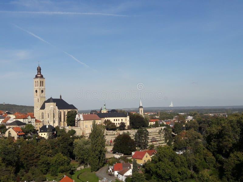 Haus-Kathedralenkirchen des Tourismus stellten gotische tschechische Hauptstadt Prag-Kathedrale im heißen Sommer in streetlets Pr lizenzfreie stockfotos