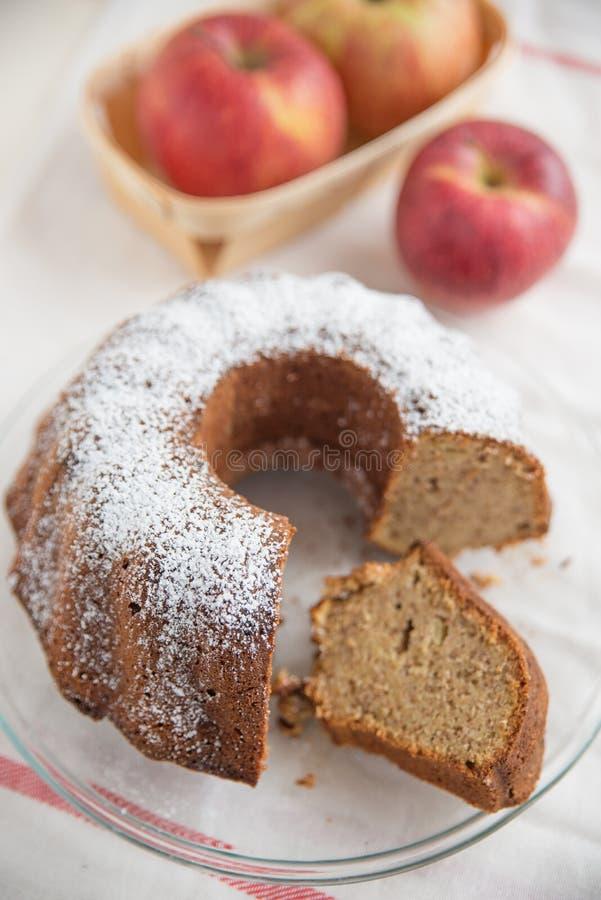 Haus machte Apple-Schwamm-Kuchen stockfotografie