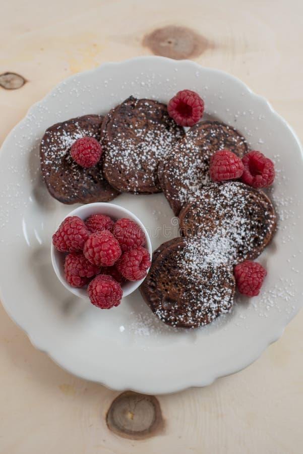 Haus machte Schokoladenpfannkuchen mit neuen raspeberries lizenzfreie stockbilder