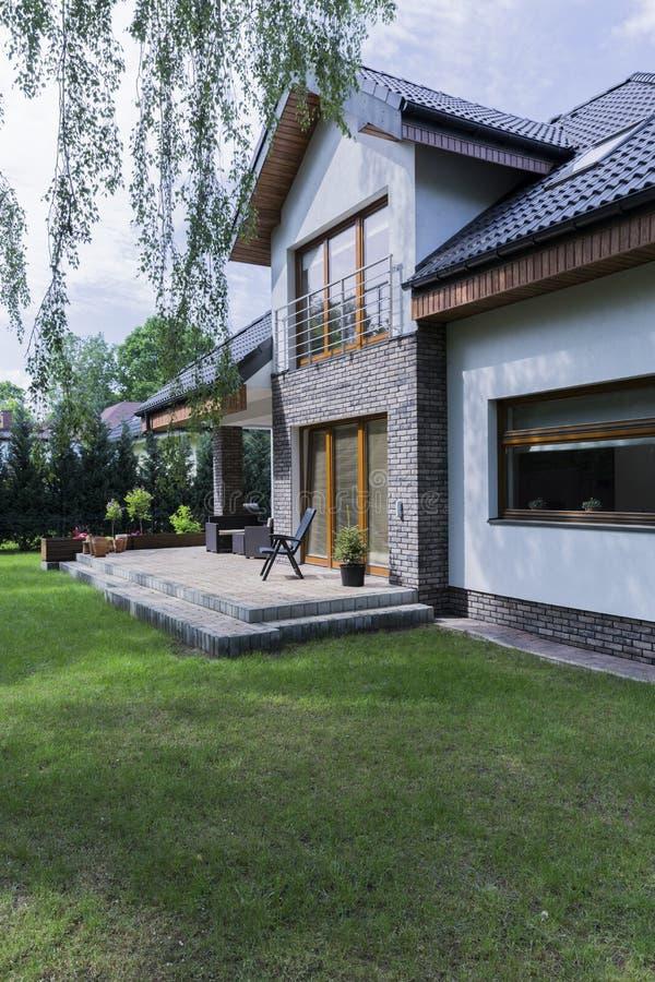 Download Haus Mit Backsteinmauern Und Garten Stockbild - Bild von blume, geländer: 96935887