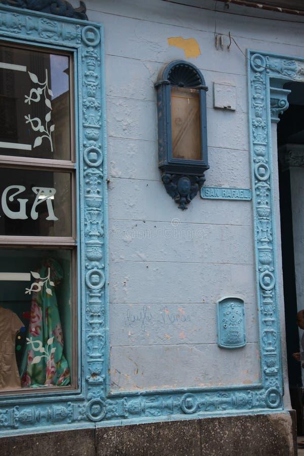 Haus mit blauen Details stockbild