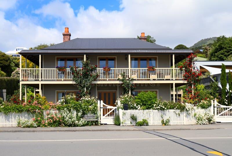 Haus mit Blumen lizenzfreie stockfotografie