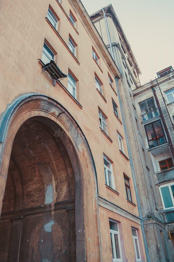 Haus mit Bogen vom Hof lizenzfreie stockfotografie