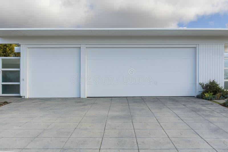 haus mit der garage mit 3 autos stockfoto bild von au en landschaft 66540458. Black Bedroom Furniture Sets. Home Design Ideas