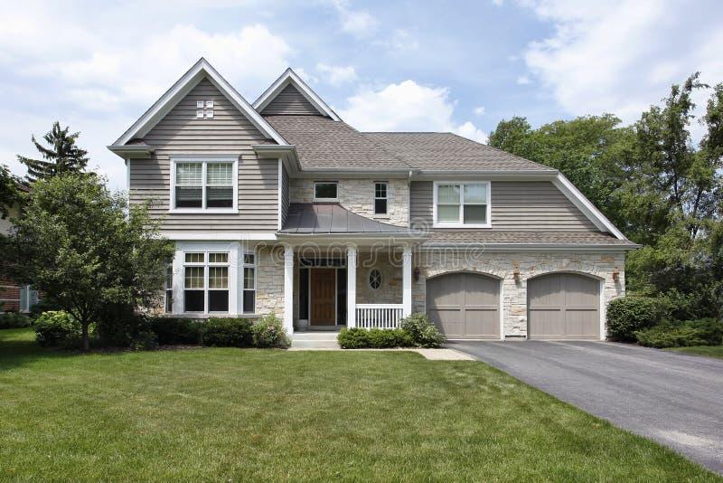 Haus mit doppelgarage  Haus mit Doppelgarage stockbild. Bild von rasen, aufbau - 63890567