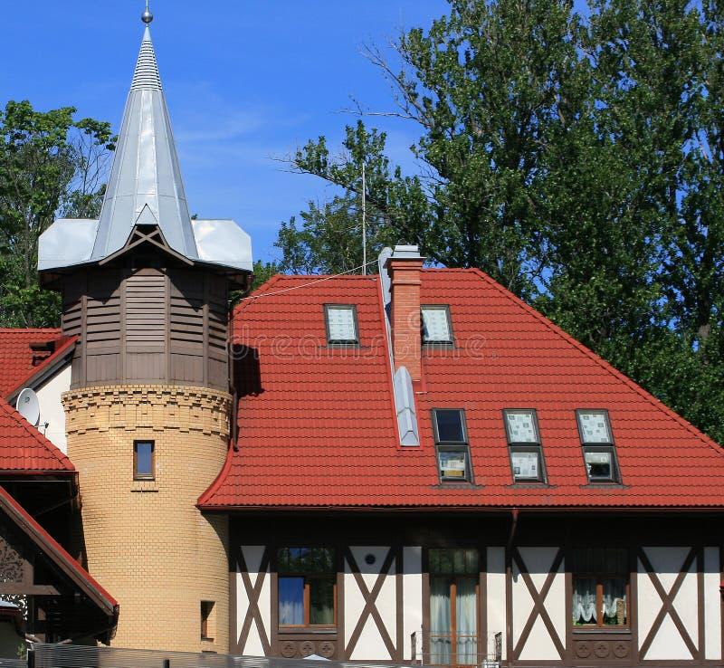Haus mit einem Dach der roten Fliesen lizenzfreies stockbild