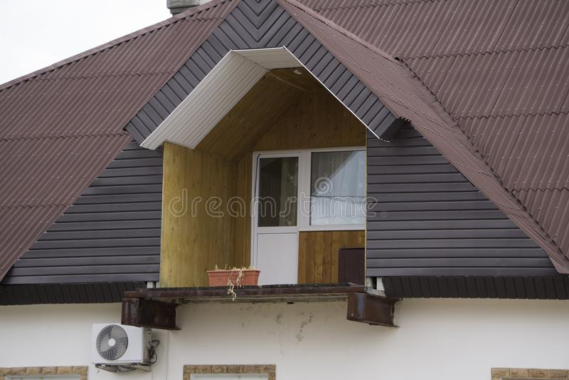 Haus mit einem Dachboden ohne Geländer stockfotos