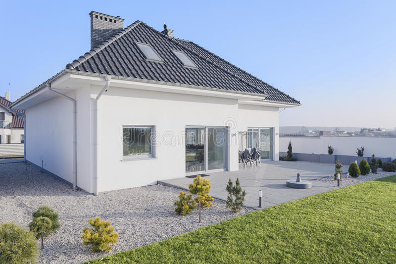 Haus mit Garten stockfotos