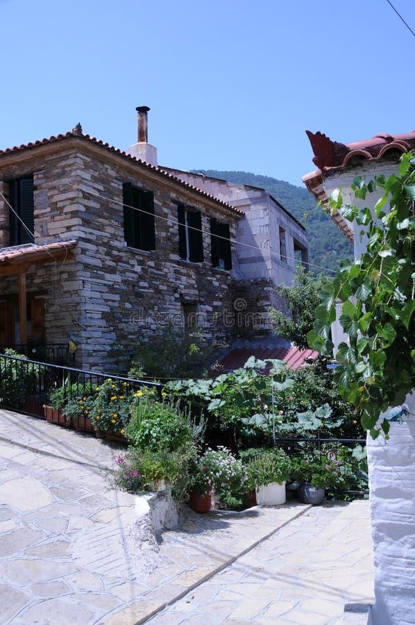 Haus mit Garten lizenzfreie stockbilder