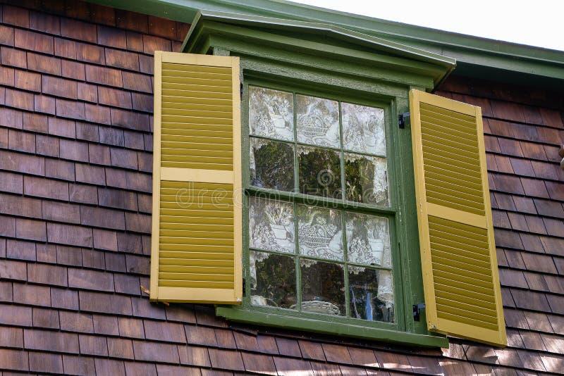 Haus mit mit Goldfensterläden stockfotografie