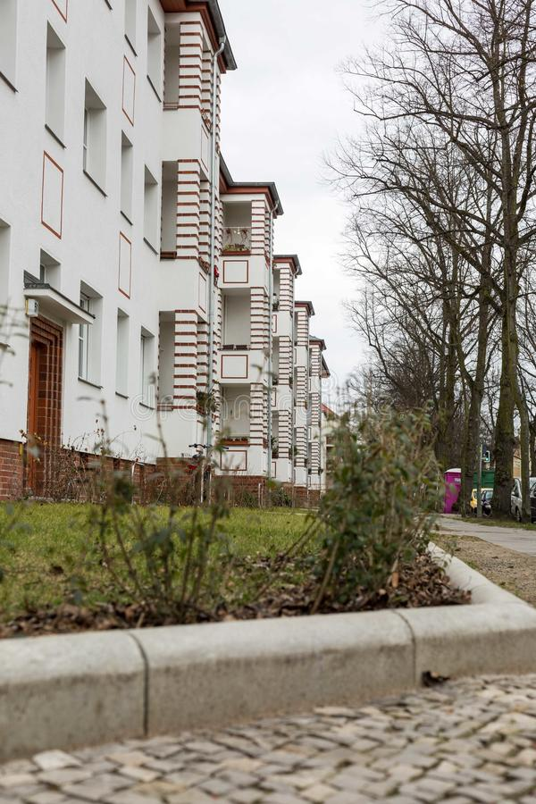 Haus mit Grünstreifen lizenzfreie stockfotografie