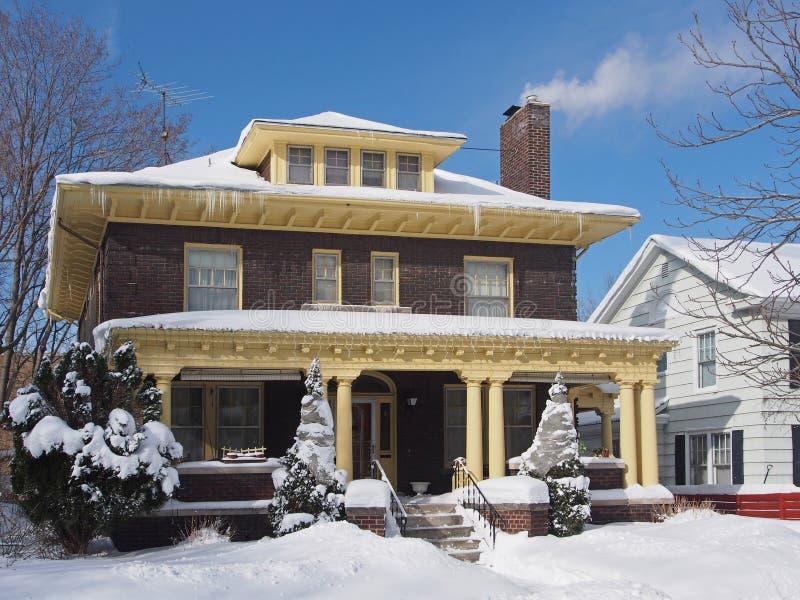 Haus mit großer Eingangsterrasse im Winter lizenzfreie stockfotos