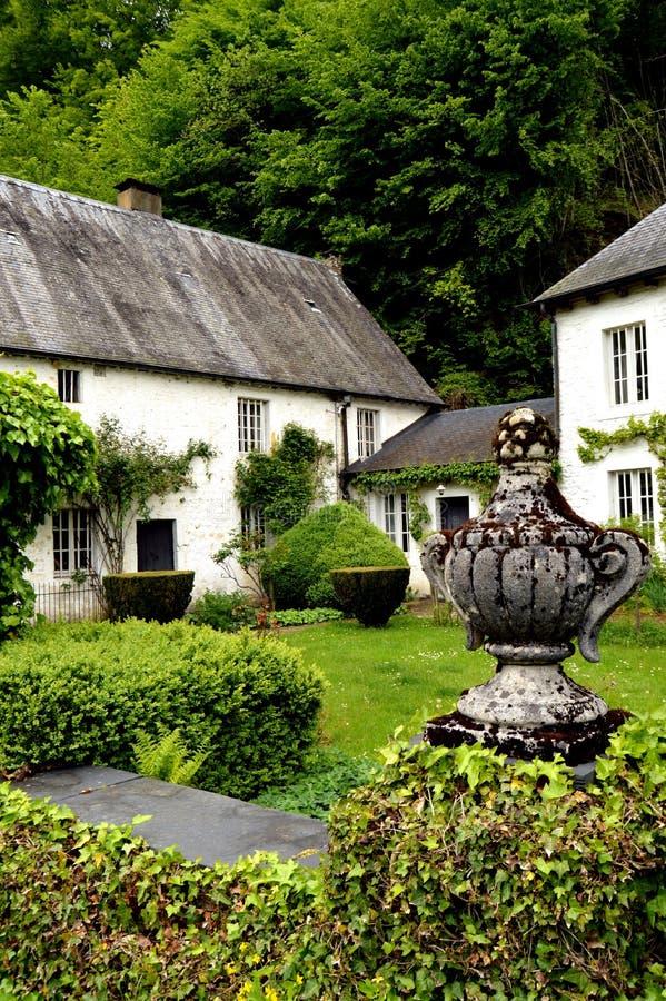 Haus Mit Irgendeinem Efeu In Der Fassade Und In Einem Weinberg ...
