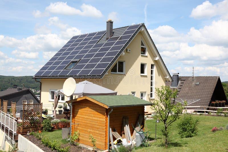 Haus mit photo-voltaischen Panels lizenzfreies stockbild