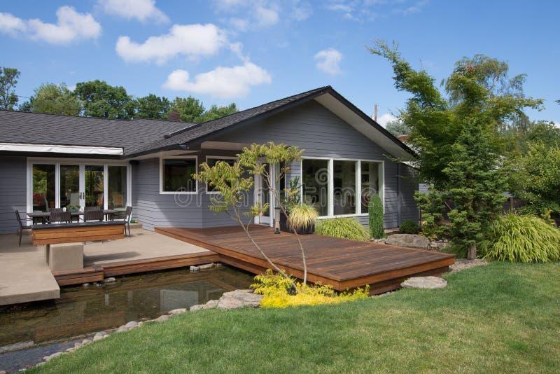 Haus mit Plattform und Wasser lizenzfreie stockfotos