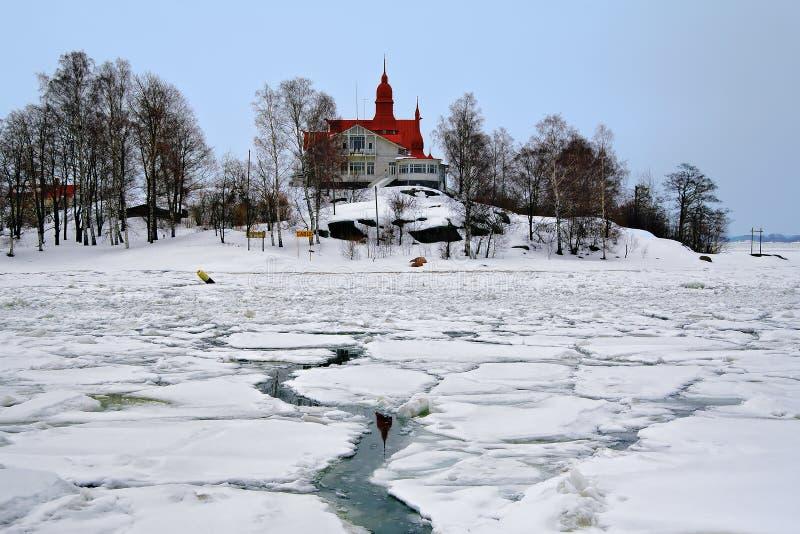 Haus mit rotem Dach auf der Insel in Helsinki lizenzfreie stockfotos