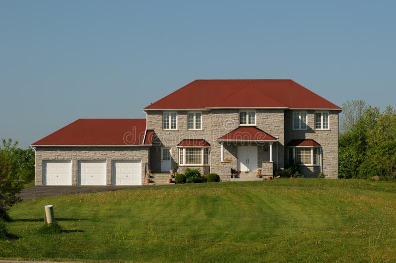 Tür Garage Haus haus mit rotem dach und dreifacher garage stockbild bild blau
