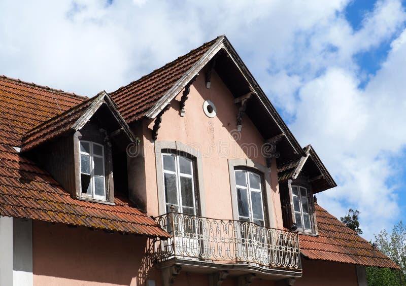 Haus mit rotem mit Ziegeln gedecktem Dach in Sintra Portugal stockbild