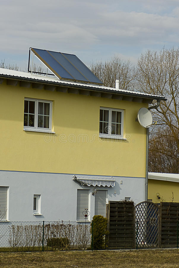 Haus mit Solarwarmwasserbereiter lizenzfreie stockfotografie