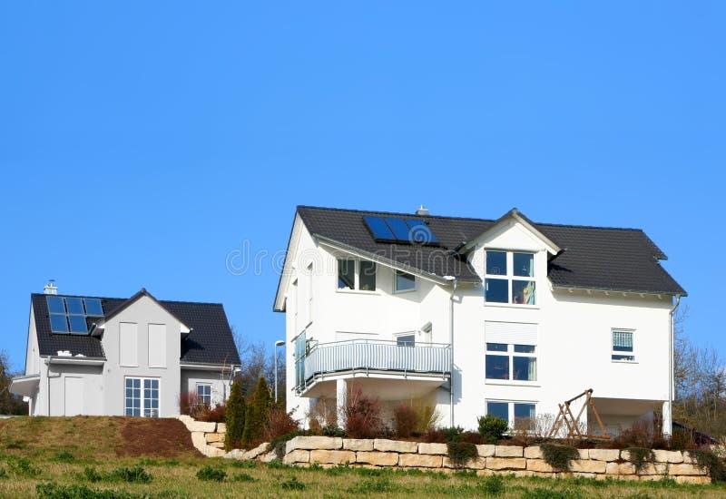Haus mit Solarzelle lizenzfreie stockbilder