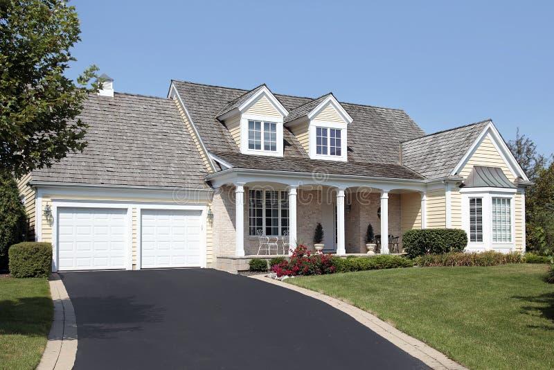 Haus mit Spalten und doppelter Garage lizenzfreies stockfoto