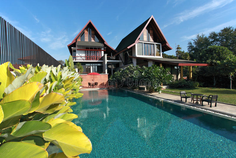 Haus mit Swimmingpool lizenzfreie stockfotos