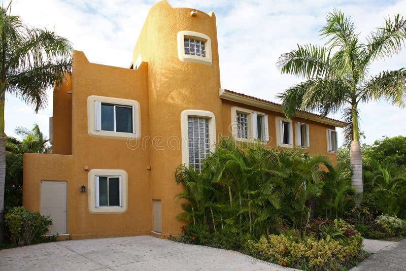 Haus mit tropischem Garten. stockfotos