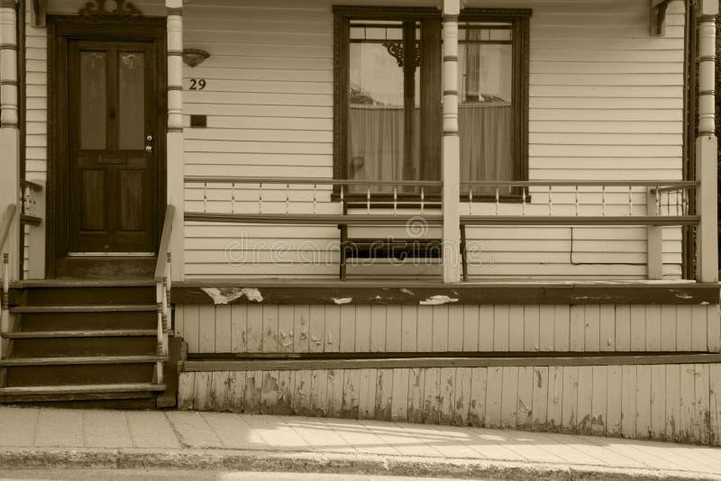 Haus mit vorderem Portal stockfotos