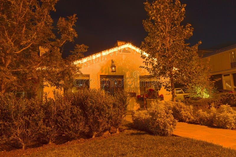 Haus mit Weihnachtslichtern lizenzfreie stockfotografie