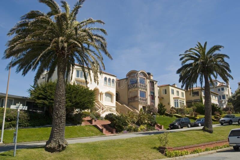 Haus mit zwei Palmen stockfoto
