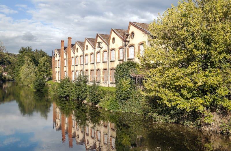 Haus nähert sich dem Fluss stockbild