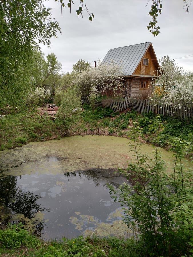 Haus nahe dem Wasser lizenzfreie stockfotografie