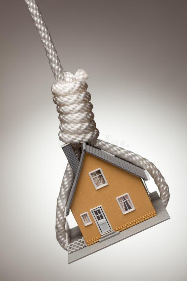 Haus oben gebunden und hängend in der Schleife stockfotos