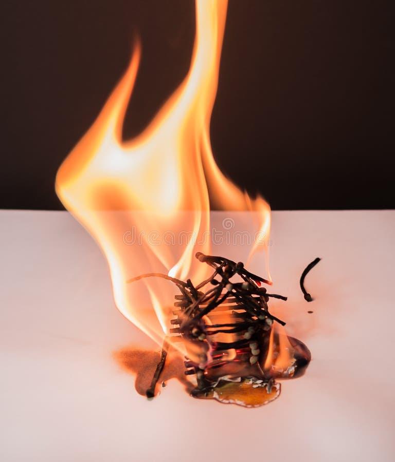 Haus- Spiele des brennenden Matches mit Feuer beendet mit Unfall stockfotografie
