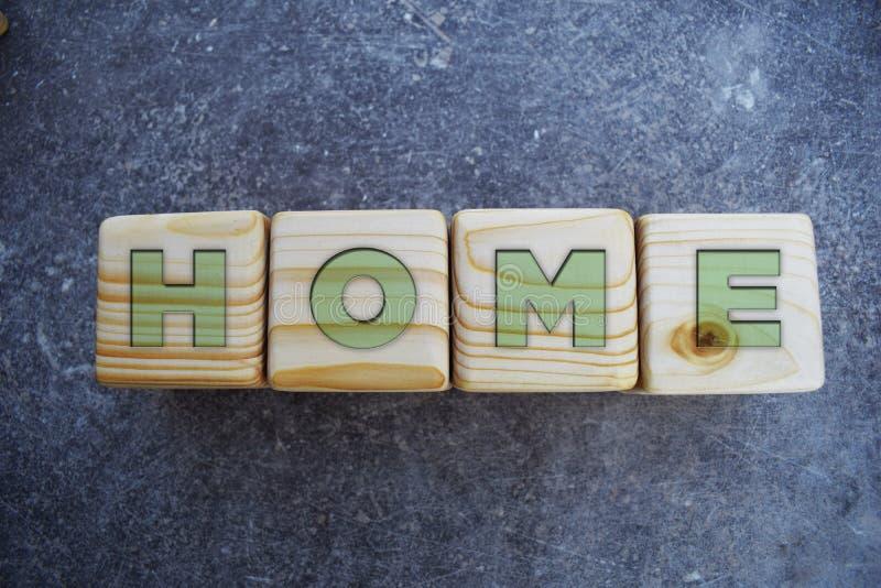 Haus- Text auf Holzklötzen auf grauem Hintergrund lizenzfreie stockfotografie