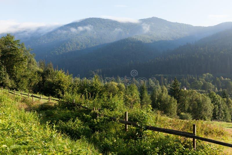 Haus Ukraine Karpaten im Bergdorf, Waldnaturlandschaft lizenzfreies stockfoto