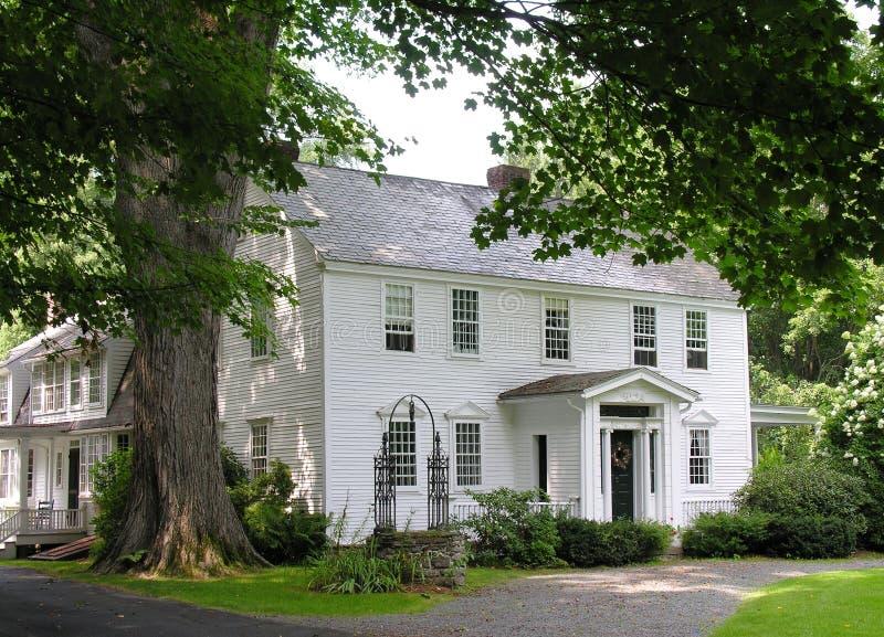 Haus und Baum lizenzfreie stockfotos