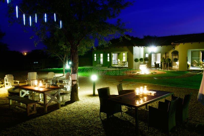 Haus- und Gartennachtszene stockbilder