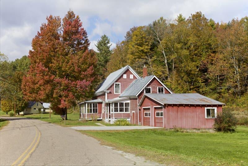 Haus- und Herbstlaub, Vermont, USA stockfotos