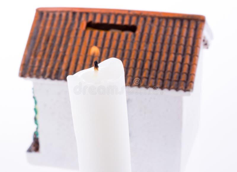 Haus und Kerze lizenzfreie stockfotos